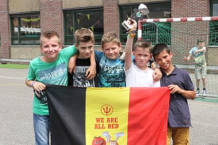 Leerlingen basisschool Lutselus spelen EK voetbal