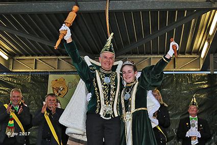 Vader Rob en dochter Jade zwaaien samen de carnavalsscepter over Diepenbeek