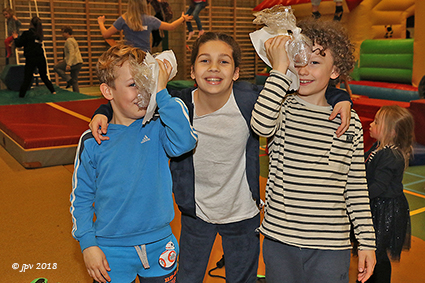 Kinderen ravotten in de Speelsporthal