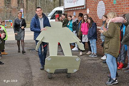 Uitbundige ontvangst van de Golems in de Diepenbeekse scholen
