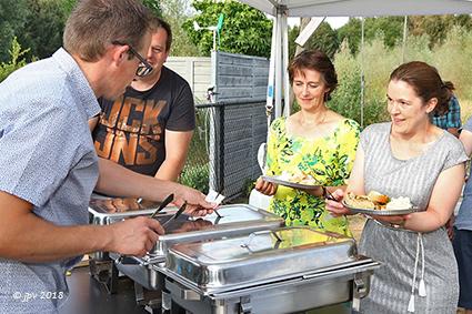 Buren van de Dooistraat maken kennis bij de barbecue