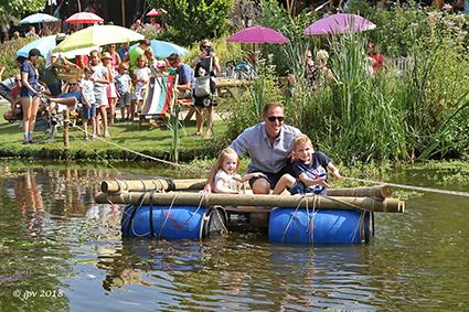 Kinderen en Joe Hardy vieren 21 juli in Vijverkafee