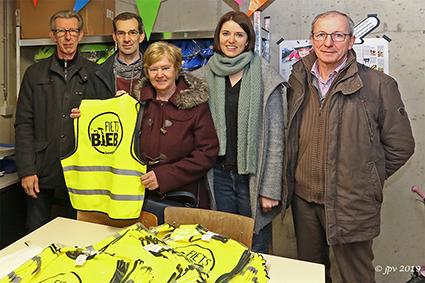 Welzijnsraad schenkt fietshelmpjes en fluohesjes aan Fietsbieb