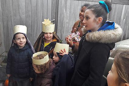 Koningen delen geschenkjes uit