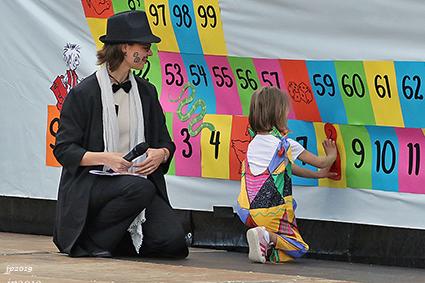 Mister Dobbelsteen leidt schoolfeest in goede banen