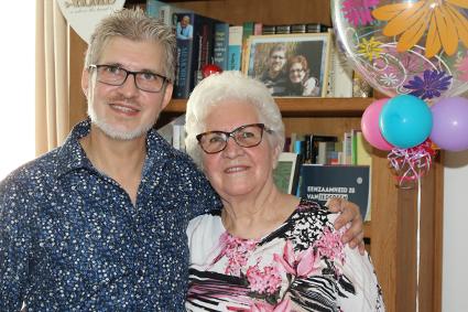 Buren verrassen Alice voor haar 80ste verjaardag