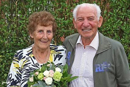 Netbalclub DONS viert voorzitter voor 60 jaar huwelijk.