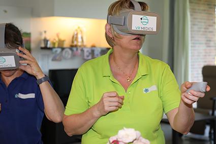 Bewoners WZC De Visserij begeven zich in de virtuele wereld.