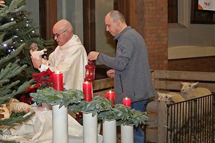 Vredeslicht en schaapjes bij kerststal in Rooierheide