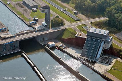 Pomp- en waterkrachtcentrale aan de sluis.