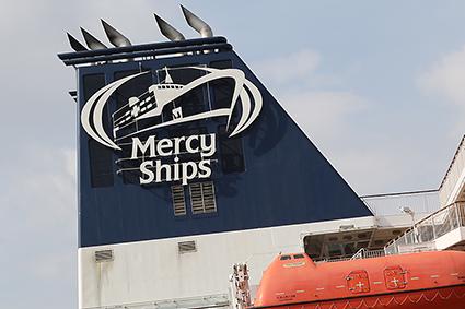 Feestelijke invaart voor de Global Mercy in Antwerpen